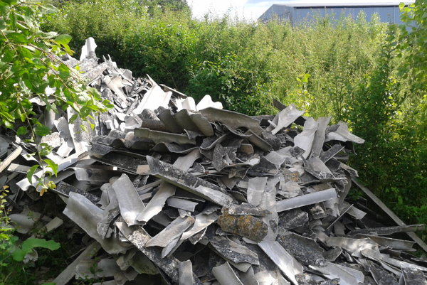 Rozobraná azbestová strecha z družstva.