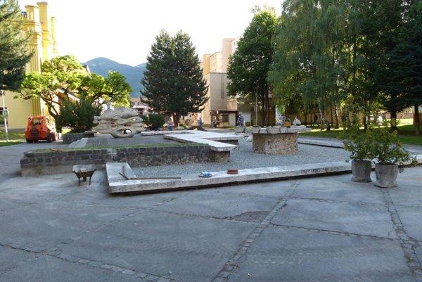 Na premene fontány sa ešte pracuje.