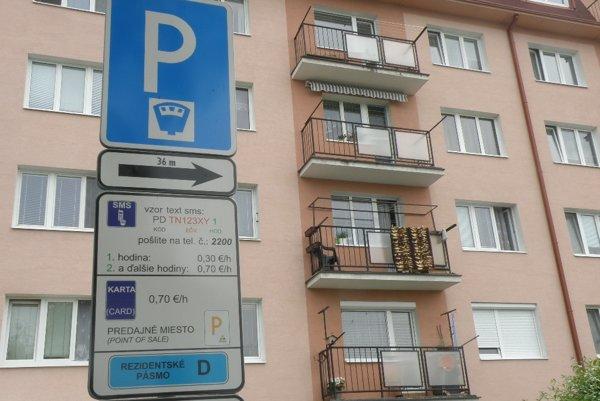 Obyvatelia z centrálnej parkovacej zóny využívajú zvýhodnené rezidentské karty.
