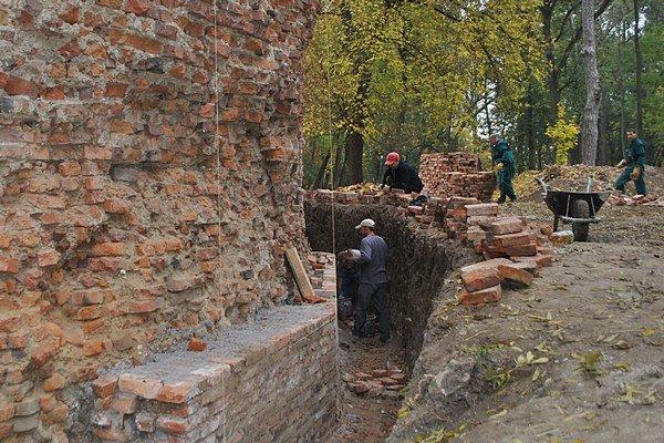 Záchrana. Odborníci zistili, že múr hradu je ešte tri a pol metra pod zemou.