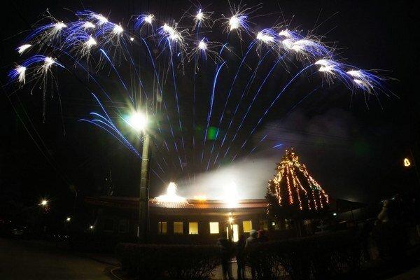 V obci Zemplínske Hradište, okres Trebišov, vítali nový rok 2014 ohňostrojom trochu netradične, a to až 1. januára podvečer.