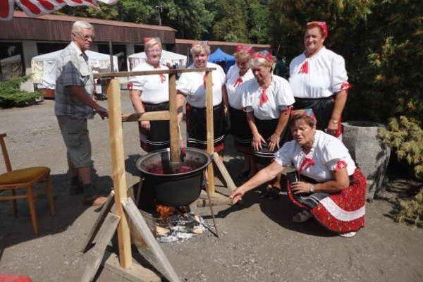 Tradičné varenie Klenovčaniek. Slivkový lekvár v kotle.