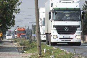 Obec Dvorianky. Denne ňou prejde tisícka kamiónov i stovky osobných áut.