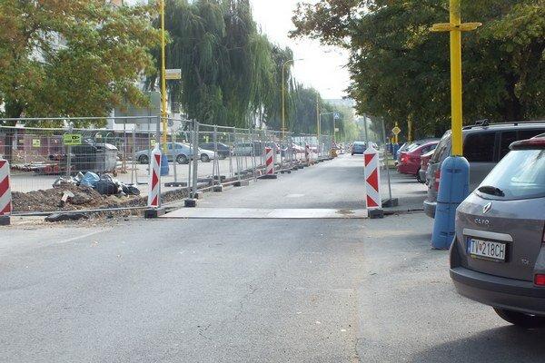 Najväčší chaos vládne na ulici Komenského. V jednej časti je predbežne uzatvorená na jednosmernú premávku.
