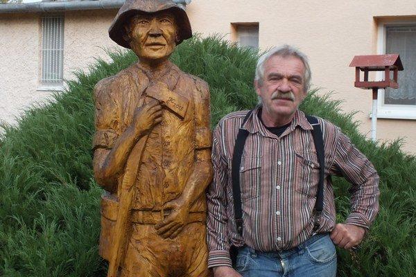 Rezbársky samouk Ján Kešeľ. Vytvoril postavu drevorubača, ktorá je ozdobou jeho veľkej záhrady.