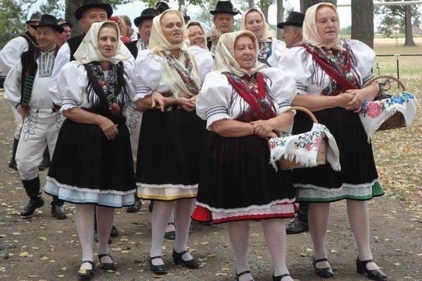Žipovčan. Folklórna skupina žien a mužov.
