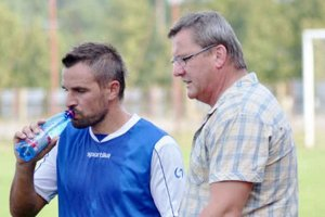 Emil Sudimák starší. Tréner dáva pokyny skúsenému Jaroslavovi Capkovi.