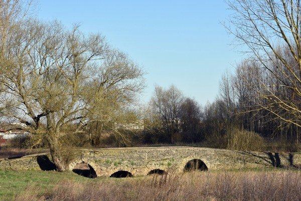 Most sv. Gottharda pri obci Leles na juhovýchode Slovenska patrí medzi zaujímavé menšie kamenné gotické mosty.