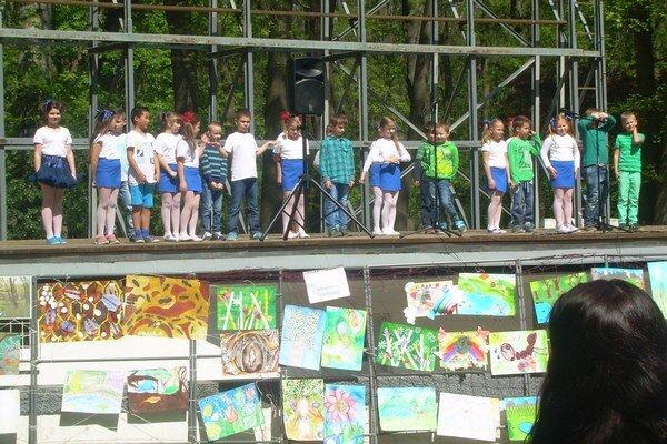 Výtvarná súťaž ivystúpenia žiakov. Akcia sa konala vamfiteátri chráneného parku.