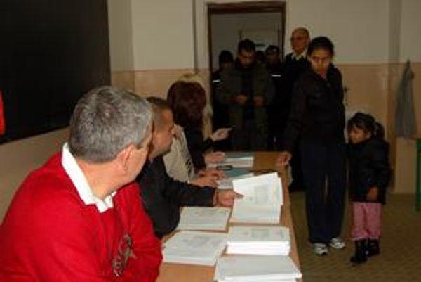 V Trebišove bola tradične najvyššia účasť v okrskoch v rómskej osade. Ľudia čakali v radoch.