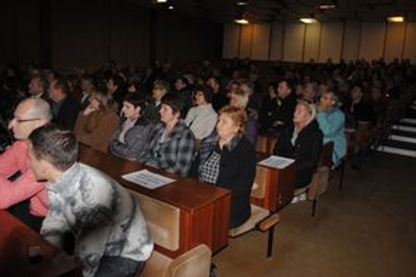 Verejné zhromaždenie. Približne 120 Trebišovčanov sa zaujímalo, ktoré nehnuteľnosti mesto plánuje predať, aby zaplatilo dlh.
