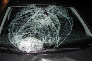 Jeden chodec zahynul po zrážke s autobusom, druhý po náraze osobného auta.