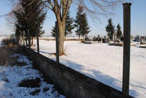 Cintorín. Z kovového oplotenia zostalo len torzo. Zlodeji ukradli dohromady 75 železných dielcov.