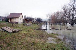 Obec Ladmovce. Voda z Bodrogu sa dostala až k rodinným domom. Starostka obce Alžbeta Szabová potvrdila, že situácia je zatiaľ pokojná.