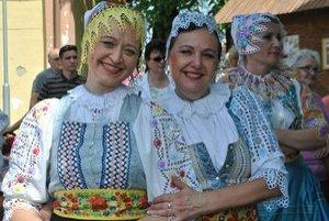 Atmosféra festivalu. Hádam najlepšie ju vystihli úsmevy speváčok zo skupiny Povoja z Piešťan.