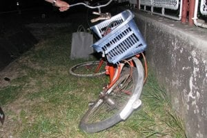 Dochrámaný bicykel. Dôchodkyňa ho tlačila cez cestu.