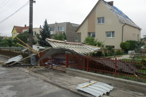 Silný vietor počas búrky v Nedožeroch-Brezanoch strhol strechu z rodinného domu.