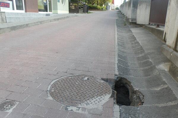 na pešej zóne v blízkosti cestného podjazdu sa objavila jama.