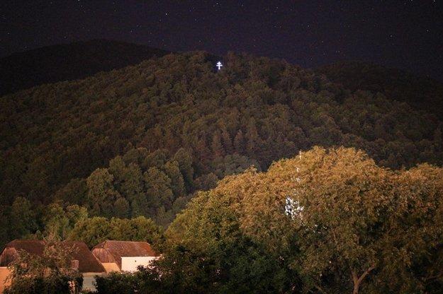 Kríž v noci takto pekne svieti.