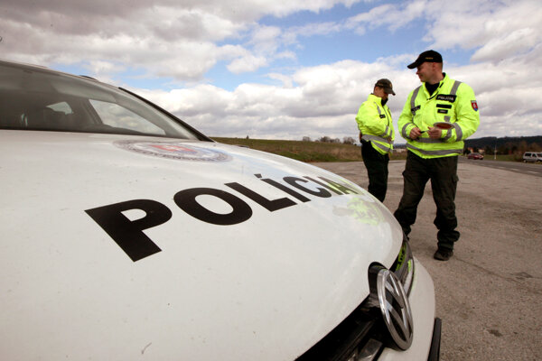 Policajti chytili podozrivých zlodejov na úteku.