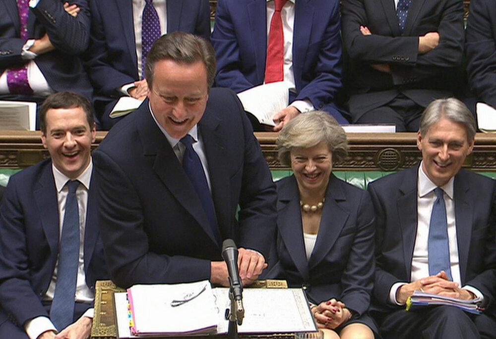 David Cameron sa s poslancami lúčil v dobrej nálade. Za ním sedela aj Mayová ešte ako ministerka vnútra.
