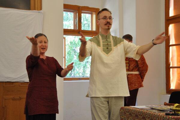 Autor knihy Miroslav Eliáš a Mária Mandáková zo združenia Musicantica Slovaca počas vlaňajšej akcie v jeleneckom kaštieli.