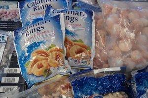 Vo väčších obchodoch sú ryby a zmrzliny v samostatných boxoch, v menších medzi nimi má byť prepážka.