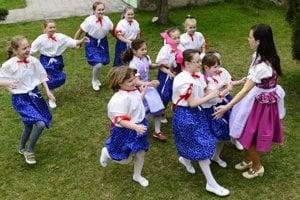 Deti z miestnej školy sú vedené k zachovaniu ľudových tradícií.