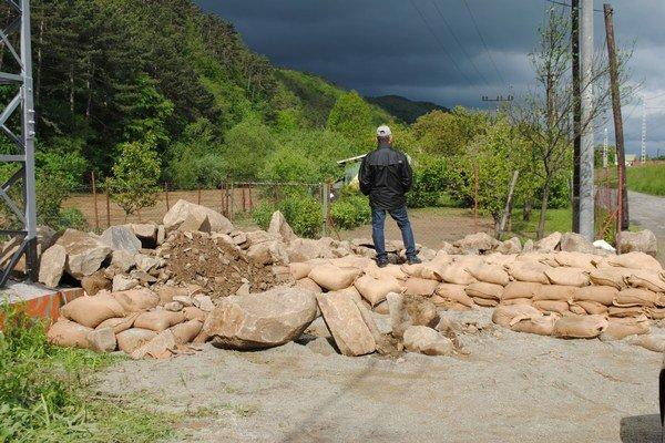 Voda sa dostala do záhradkárskej kolónie pri Toryse.