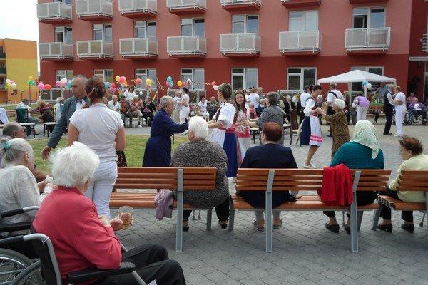 Juniáles. Pri zábave seniori zabudli na svoje šediny, tancovali aj spievali.