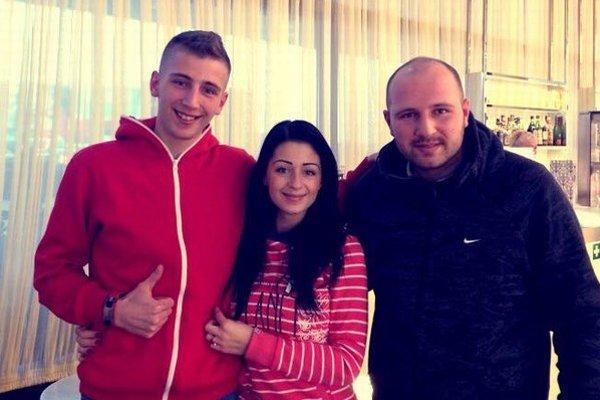 Chorí bratia s obetavou sestrou. Zľava Damián, Mirka a Martin.