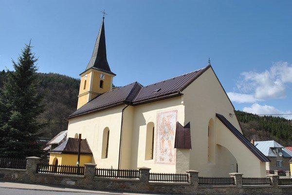 Kostol s vynovenou freskou.