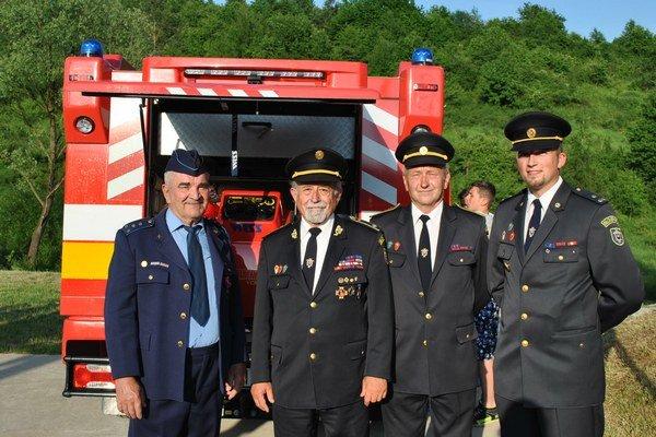 Vedenie dobrovoľných hasičov v Sabinove. Tešia sa spolu s hasičmi v obciach.