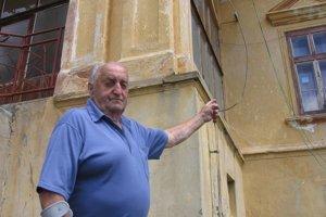 Neskoroklasicistický kaštieľ v strede obce Uzovský Šalgov. Dôchodca Róbert Fekete ukazuje, kde býval ako malý chlapec, keď bol jeho otec panským šoférom.