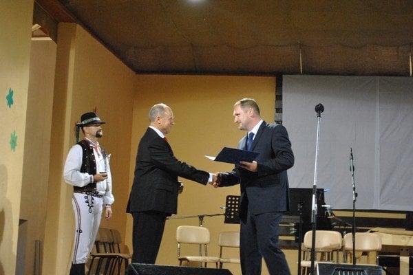 Cena starostu. Prevzal si ju od terajšieho Dujavu bývalý starosta Baňas (vľavo).