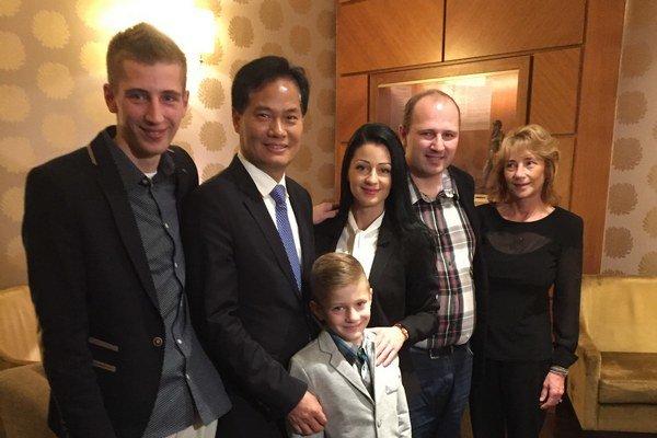 Rodina pokope. Damián (vľavo) a Martin s rodinou a doktorom Wu.