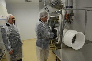 Vpravo vedúci biotechnologických laboratórií SAV Vladimír Zelník počas prehliadky pracovísk určených pre prácu s vysokoinfekčnými materiálmi.
