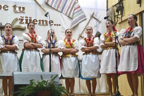 Milpošanka. Ženy zdomácej folklórnej skupiny.
