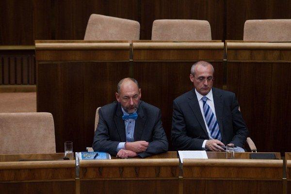 Ministri Tomáš Malatinský a Tomáš Borec majú o dva mesiace ukázať zmeny, ktoré skrotia neférové podmienky v zmluvách so spotrebiteľmi.