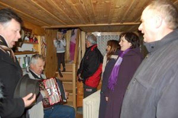 Koledníci v Ľutine. Koledovanie je v tejto obci neodmysliteľnou súčasťou Vianoc.
