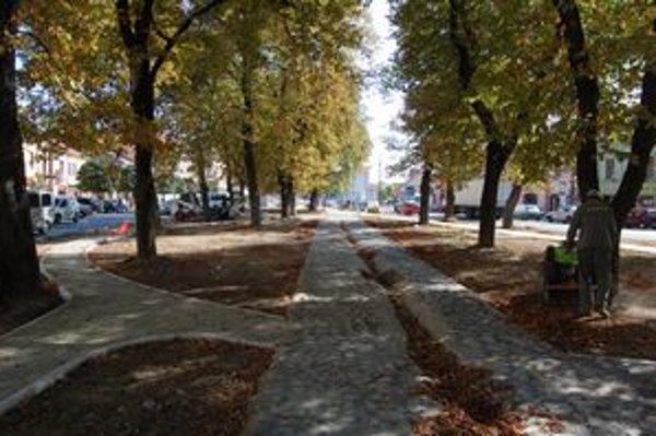 Súčasťou obnovy námestia bol aj park.