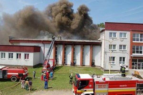 Horiaca prístavba budovy obecného úradu, kancelárska časť (vpravo) bola vážne ohrozená.