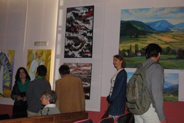 Vernisáž. Svoje diela tu vystavuje 27 umelcov.