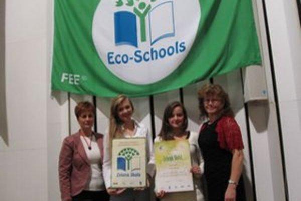 Slávnostná certifikácia. Zúčastnili sa jej Gabriela Lazoríková (koordinátorka), Dorota Miková a Nikola Knutová (žiačky, členky Kolégia Zelenej  školy) a Eva Lazoríková (zástupkyňa riaditeľky školy).