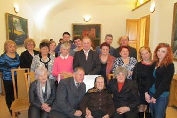 Mária Ižariková s rodinou. Všetci majú zo starenky veľkú radosť.