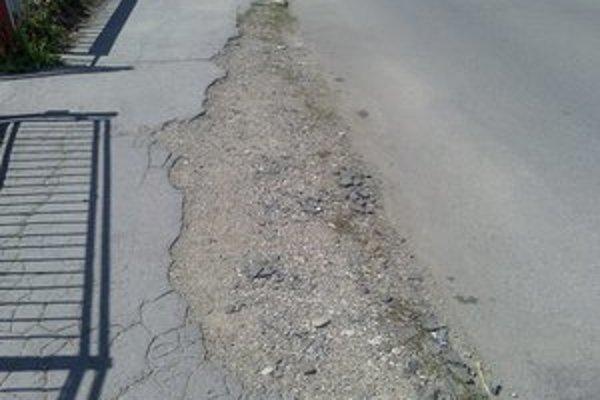 Chodník v Lipanoch. V meste sú i časti, kde sú  chodníky v takomto stave.