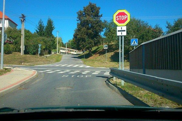 Problémová križovatka. Teraz je značka Stop osadená na Záhradnej ulici.