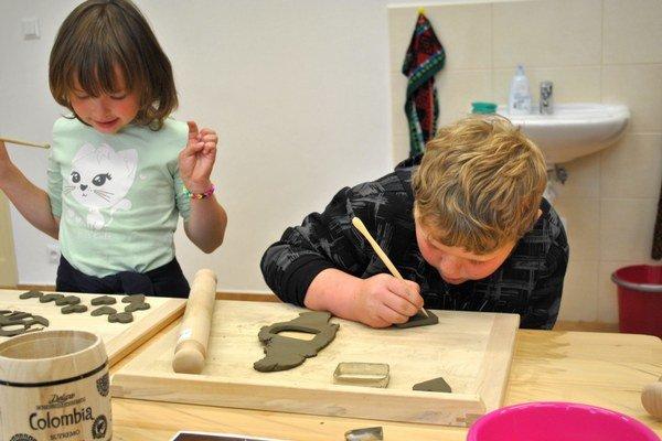 Modelovanie z hliny. Deti sa hline venovali naozaj poctivo, niektorí dopĺňali svoje diela drobnými detailami.