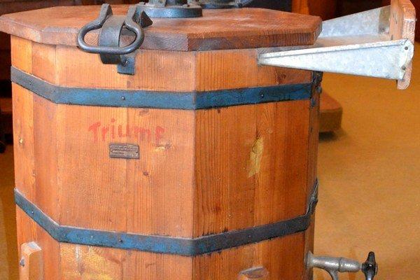 Čo ponúka Historická expozícia - ručná drevená práčkaRučná práčka značky Triumf vyrobená v roku 1952. Jej výrobcom boli Jesenické píly národný podnik, Šumperk, závod Jeseník o čom svedčí aj kovový štítok s logom výrobcu na jej boku.