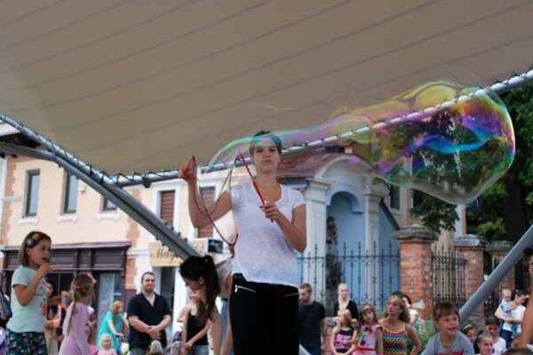 Veľká bublina. Na vytvorenie veľkých bublín sa podujala Simona Čečková.
